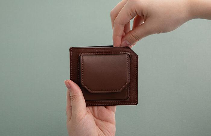 カード、コイン、紙幣が入る必要最低限の収納力と、ポケットに入れてもかさばらない薄さ。ビジネスシーンにも活躍する、スマートな革アイテムです。