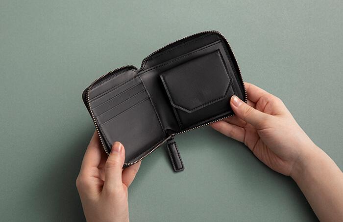 コンパクトなサイズの中に、紙幣、コイン、カードと財布に必要な機能をまとめました。コイン入れは、中身を取り出しやすいボックス型です。